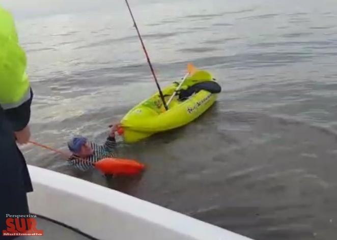Guardavidas rescataron a un pescador que cayó de su kayak