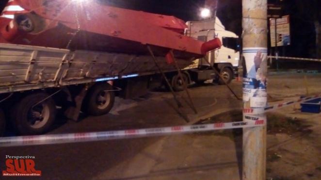 Partes de una grúa que era transportada al Sur cayeron de un camión en Quilmes