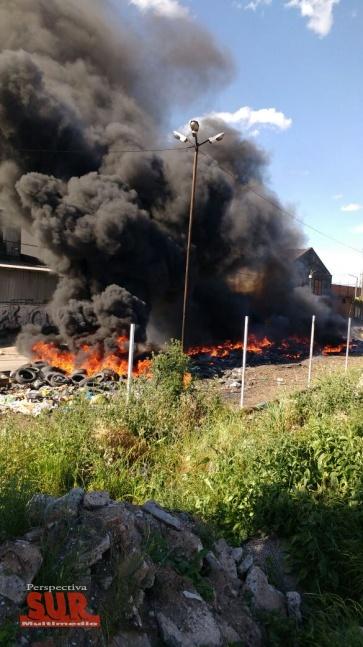 Se incendió un basural con neumáticos en Quilmes Oeste