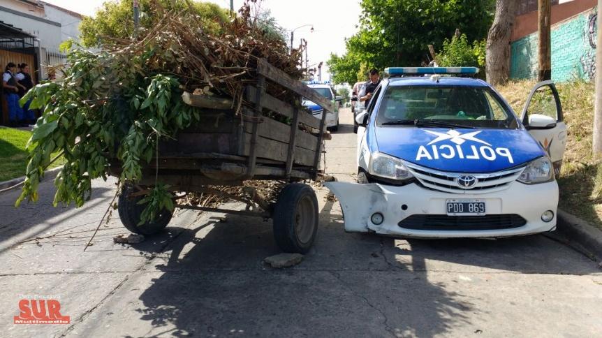 Un carro choc� con un m�vil de Polic�a Local y volc� en Quilmes Oeste
