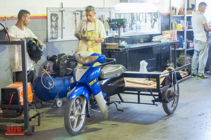Presos de Florencio Varela construyeron un motocarro para cartoneros de Quilmes
