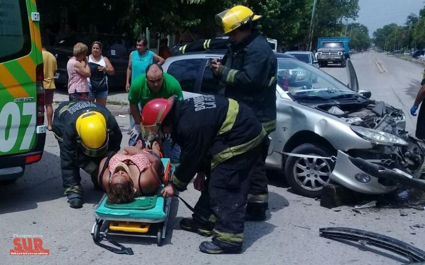 Una mujer fue hospitalizada inconsciente tras chocar con una camioneta