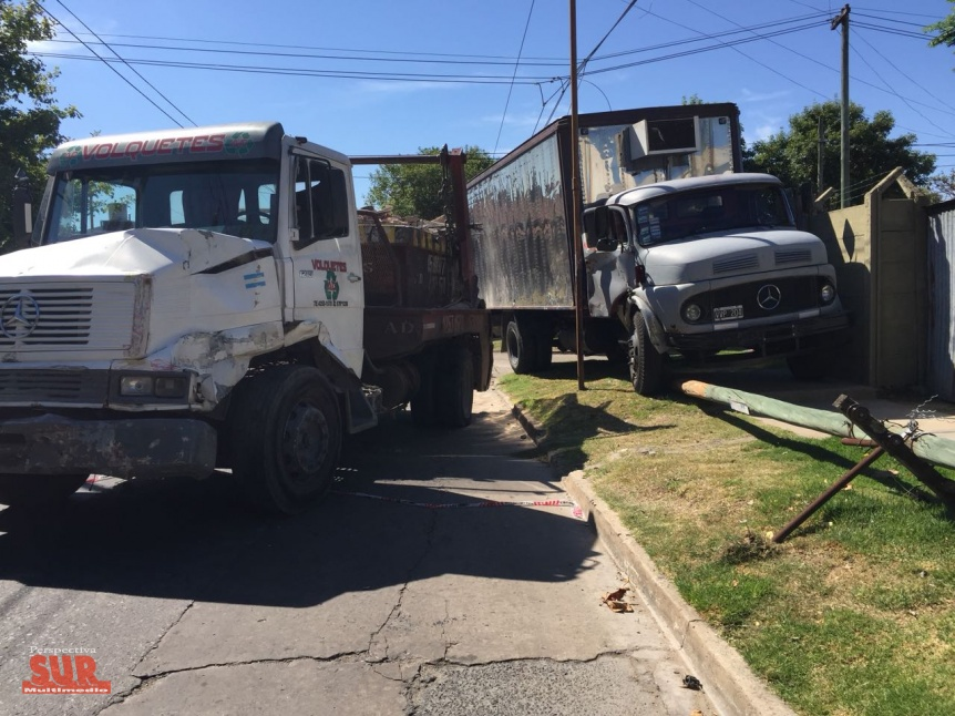 Dos camiones chocaron en una esquina de barrio en Bernal Este