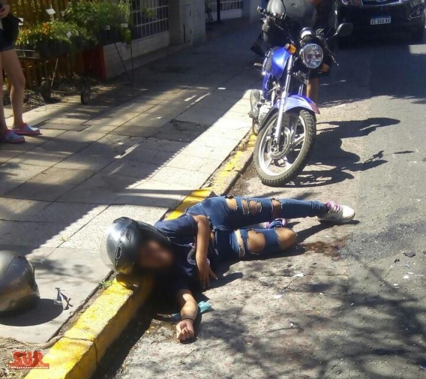 Joven motociclista fuertemente golpeada al ser embestida por un auto