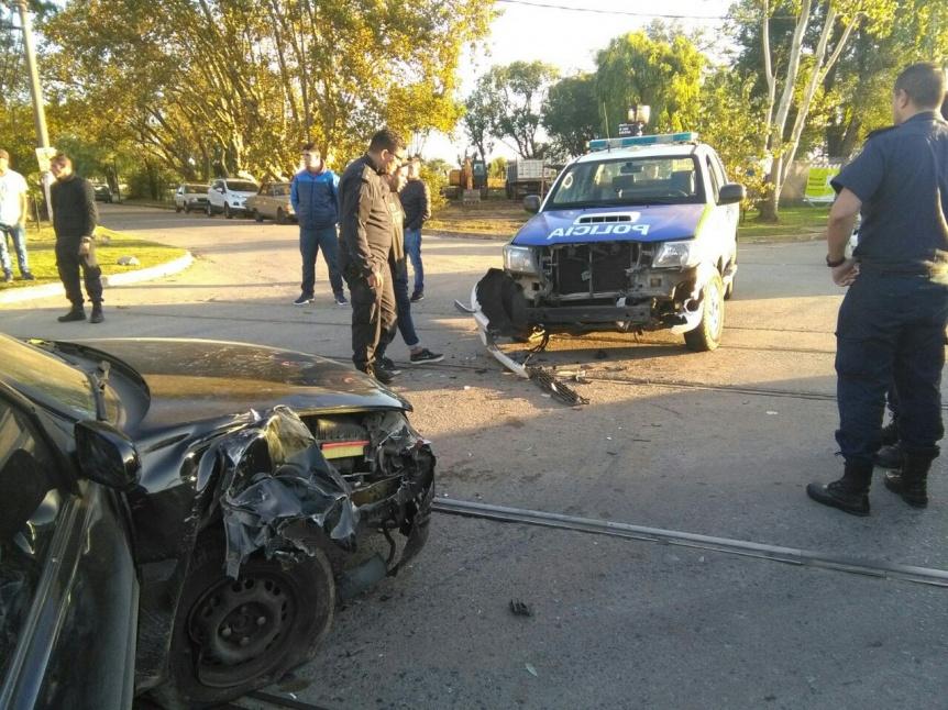 Patrullero chocó con un auto en la Ribera