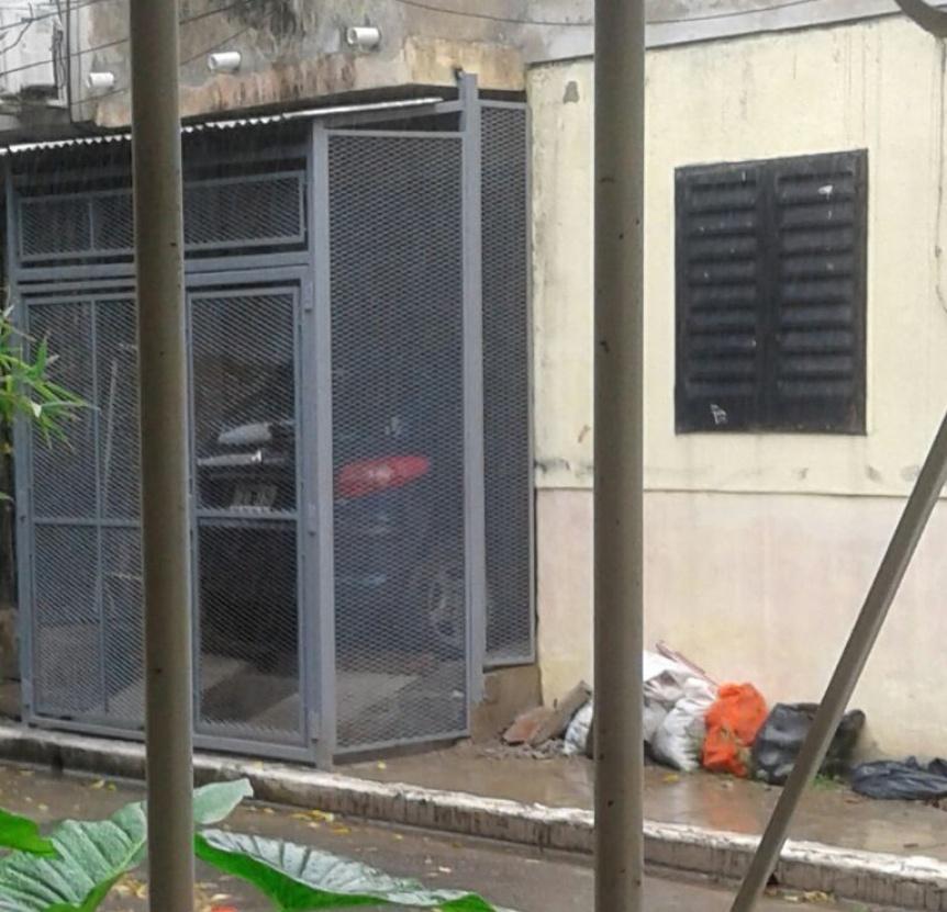 El vecino de Don Bosco que usa la vereda como garaje hasta pintó el portón