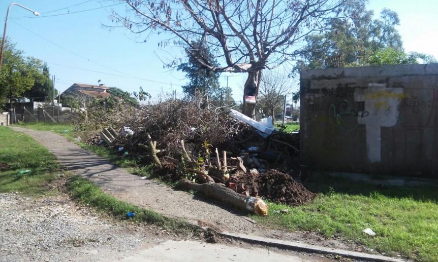 Vecina reclama limpieza de basural y finalización de obra de la Plaza El Dorado