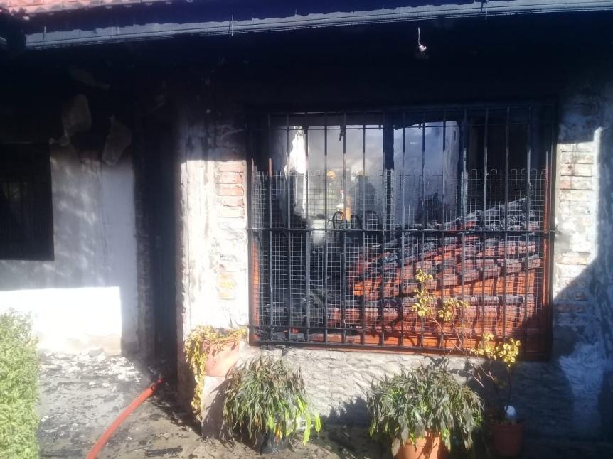 El fuego devoró dos habitaciones de una vivienda en Bernal