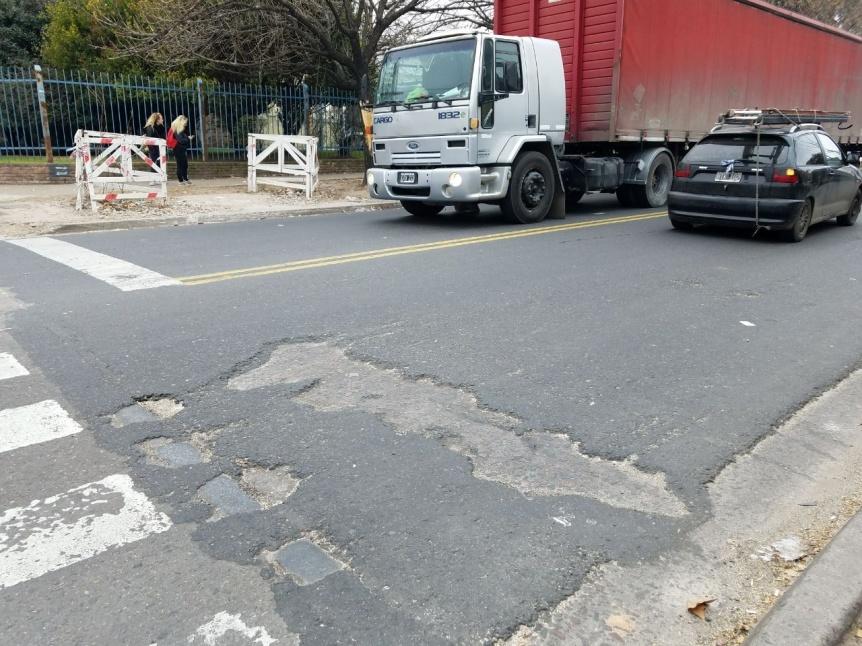 Baches en el nuevo asfalto de Av. Vicente López