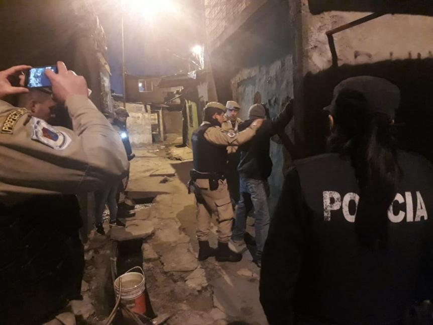 Ocho aprehendidos durante operativo policial en Villa Itat�