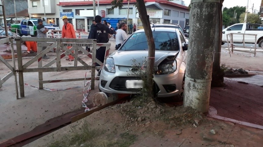 Robaron un auto y lo chocaron contra un árbol en persecución policial