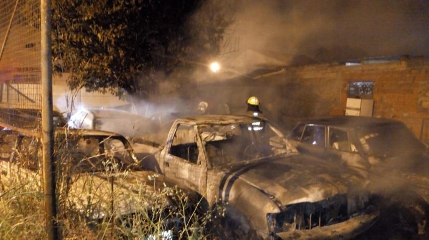 Ardió en la madrugada una agencia de autos de Quilmes Oeste, afectándose 5 vehículos