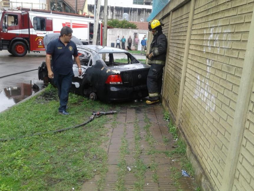 Ladrones robaron un auto y lo quemaron en Bernal