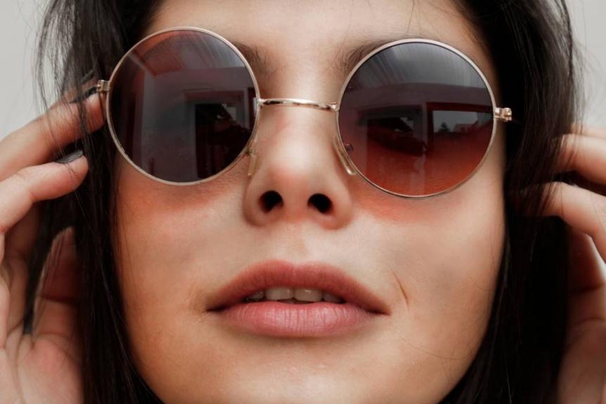 Los anteojos de sol son indispensables aunque est� nublado