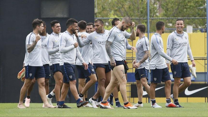 Boca se entrenó, practicó penales y por la noche partió rumbo a España