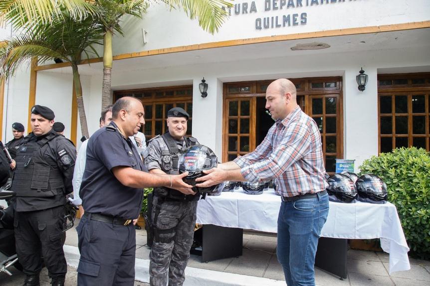 La Comuna entregó cascos para los efectivos motorizados del GAD Quilmes