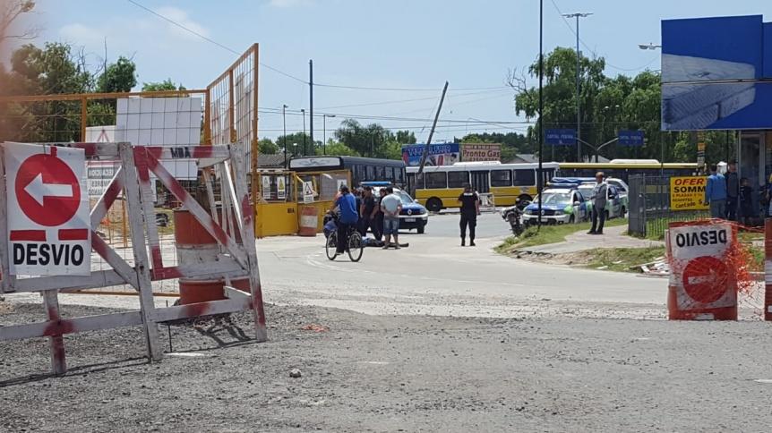 Motociclista pelea por su vida tras chocar con un camión