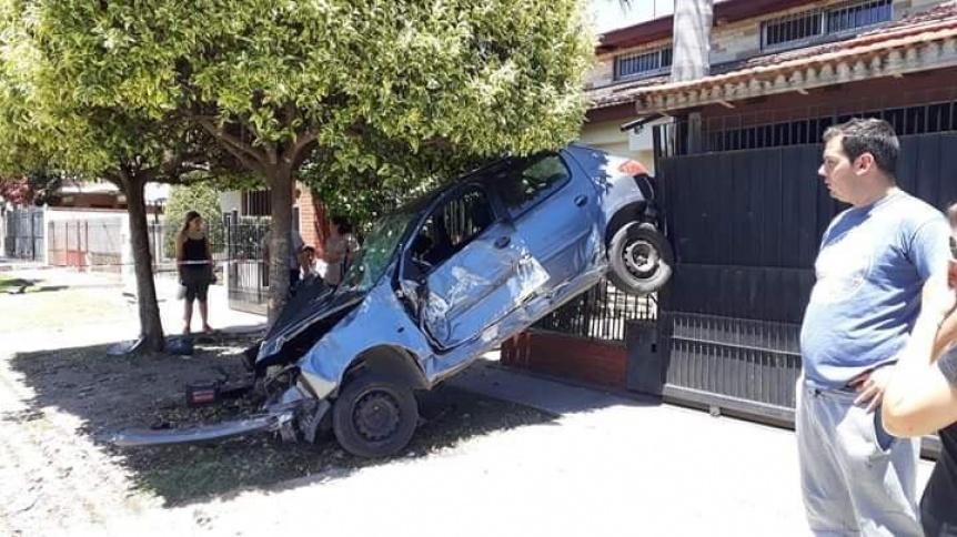 Tres jóvenes heridos tras incrustar su auto contra un árbol y una casa