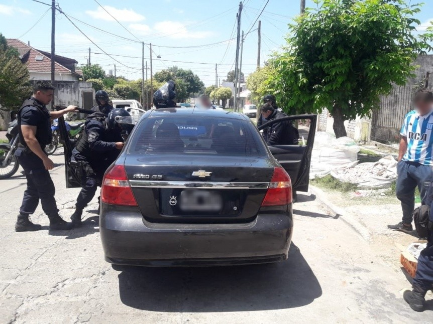 Detuvieron a dos ladrones de autos luego de una persecución y cerrojo