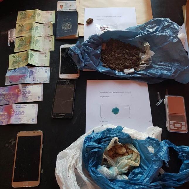 Dos dealers arrestados y un ladrillo de marihuana incautado en villa Los Álamos