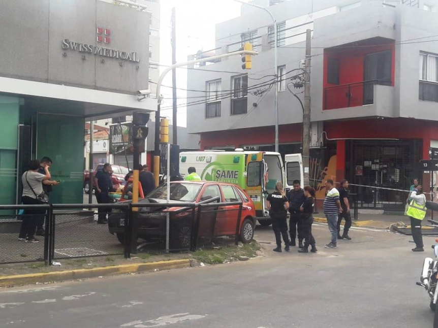 Escapaba de la Polic�a y termin� sobre la vereda en el centro de Berazategui