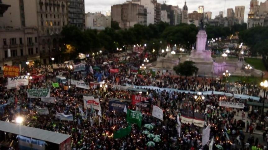 Masiva marcha de antorchas contra el tarifazo en todo el país