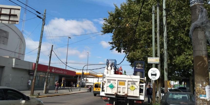 Camión enganchó un cable caído y tiró postes en Quilmes Oeste