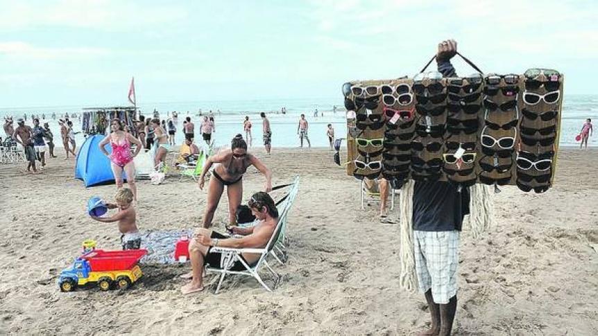 5d580be415 El Estado nacional regulará la fabricación e importación de lentes para el  sol. Advierten por los peligros de los anteojos ...