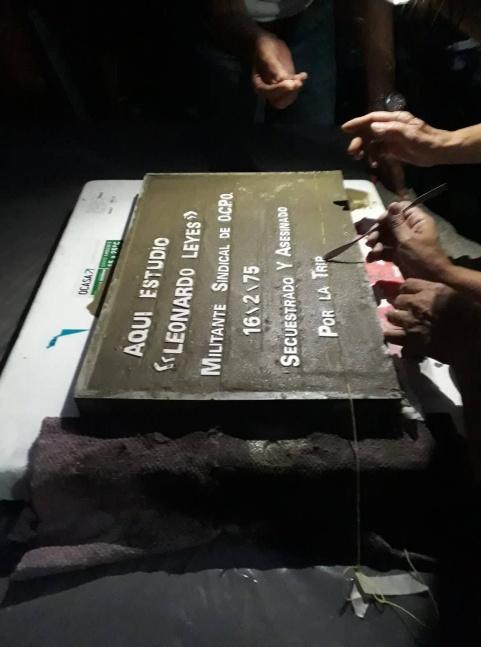 Baldosa de Homenaje a Leonardo Leyes, asesinado por la Triple A