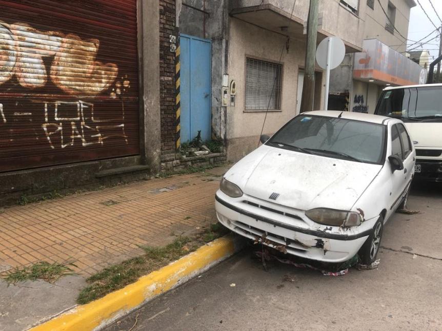 Otro auto abandonado en la vía pública desde hace meses