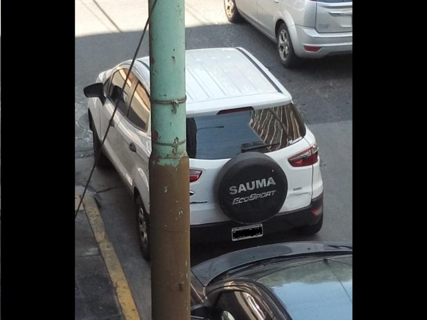 Escrachan a automovilista que estacionó sobre una rampa de discapacitados