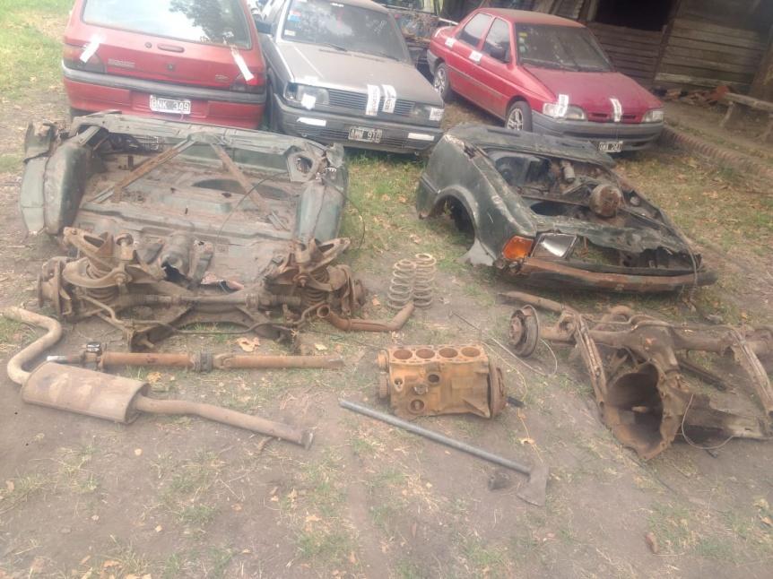 Florencio Varela: Dos detenidos por desguazar autos en la calle