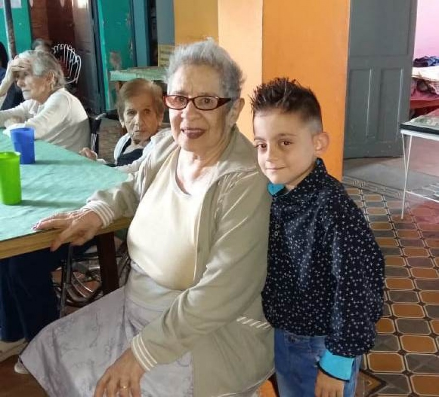 Ni�o berazateguense canta para los abuelos internados en residencias geri�tricas