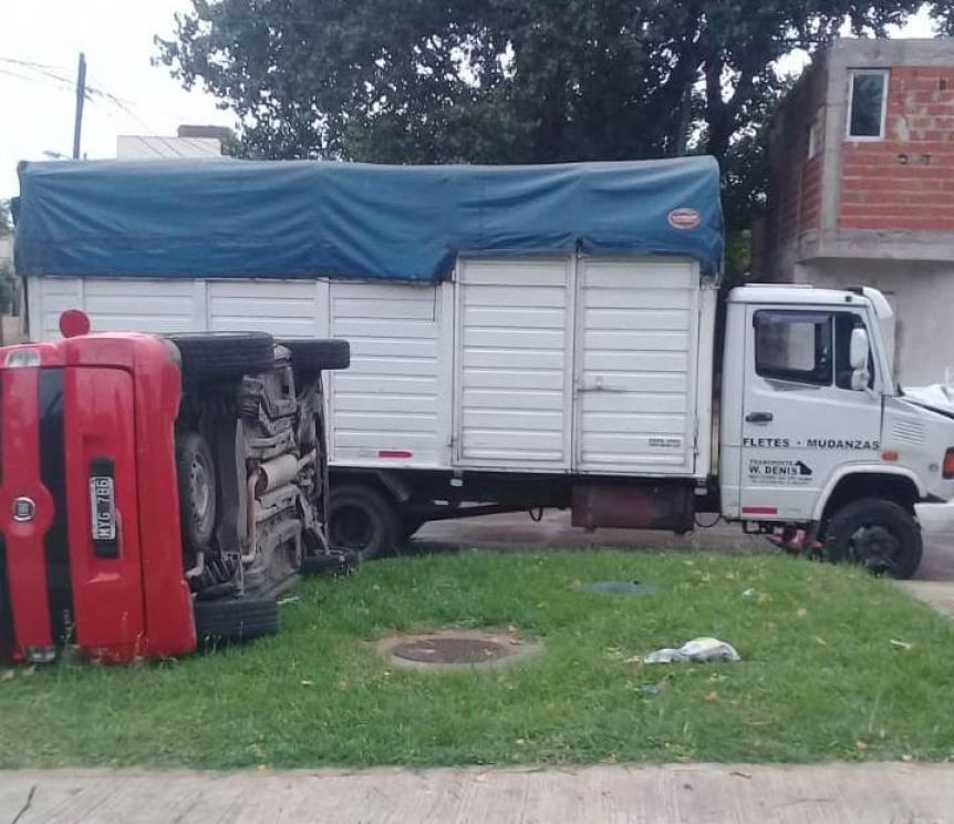 Choque y vuelco en Quilmes Oeste con dos heridos
