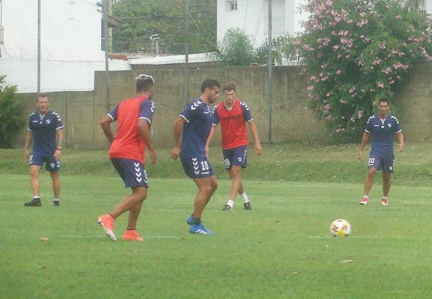 Quilmes hizo trabajos tácticos y Lemos paró el equipo para el lunes