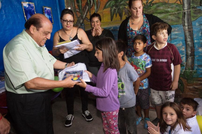 Juan José Mussi y el Movimiento Evita entregaron guardapolvos y kits escolares