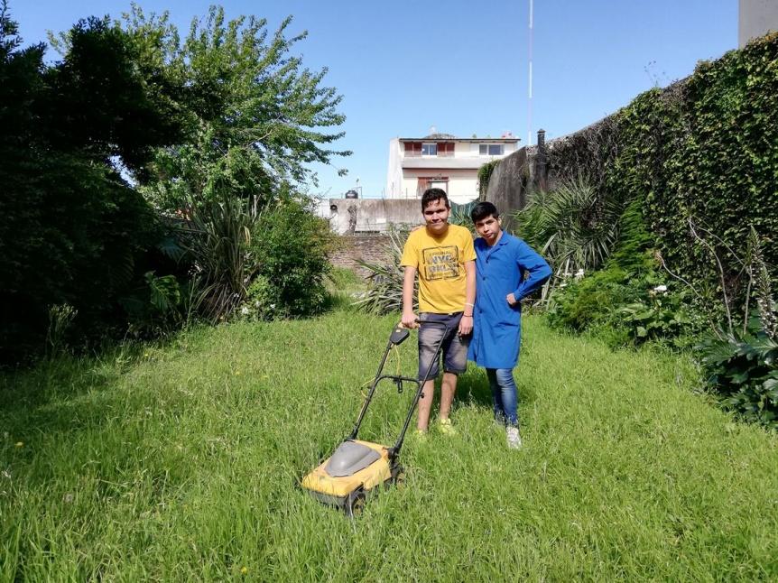 Jóvenes de una escuela especial de Quilmes centro ofrecen servicios de jardinería