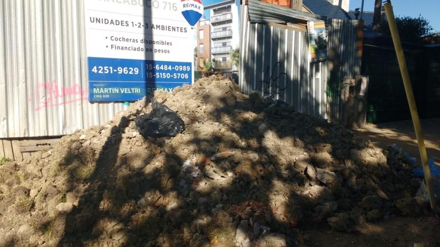Vecino molesto porque obra arroja escombros sobre la vereda
