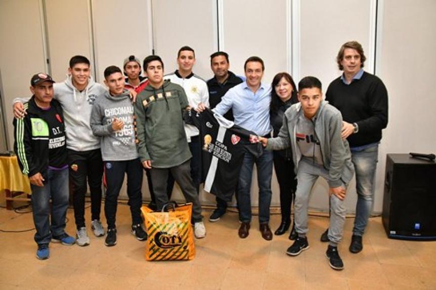 Varela: Entregaron certificados de salud a ni�os de los clubes de f�tbol