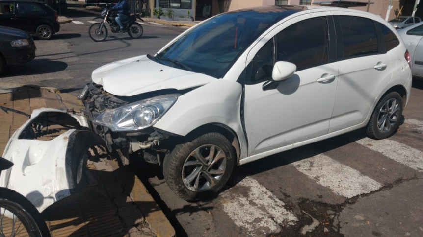 Delincuentes robaron un auto y chocaron al ser perseguidos por la Policía