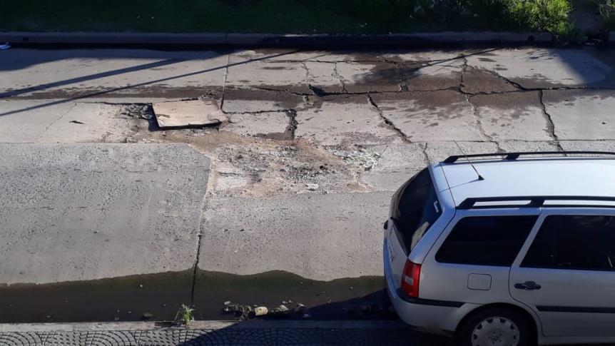 Vecino reclama por un gran bache en Quilmes Oeste