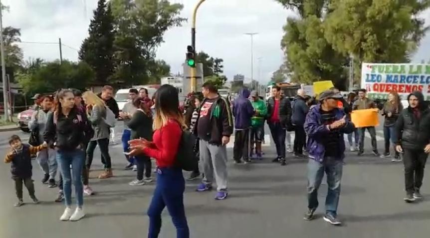 Feriantes cortaron avenida Calchaquí y Senzabello en reclamo de sus puestos de trabajo