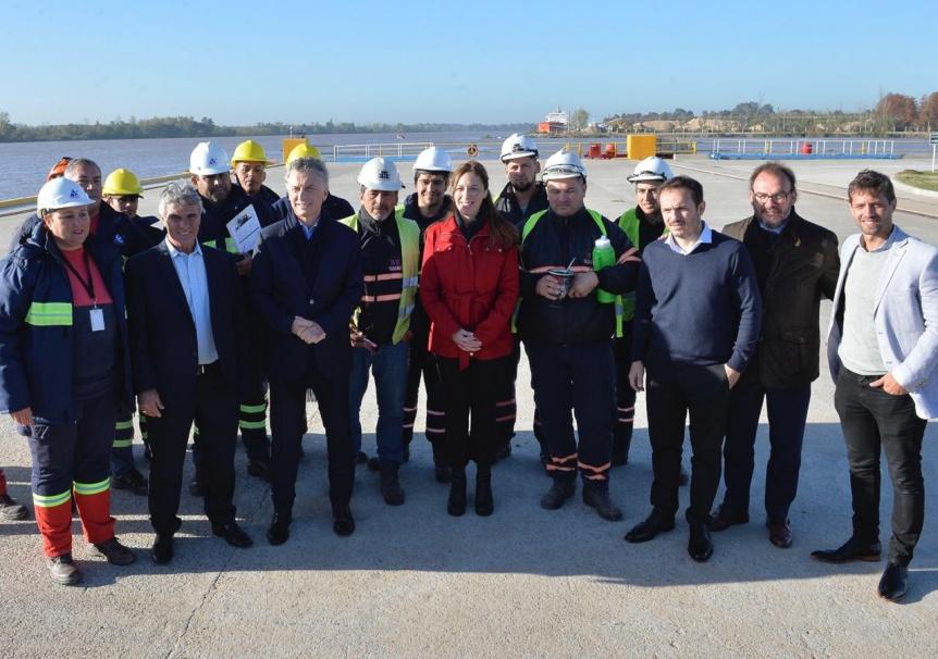 Vidal recorri� una terminal portuaria con el presidente Macri y luego visit� una refiner�a de Campana