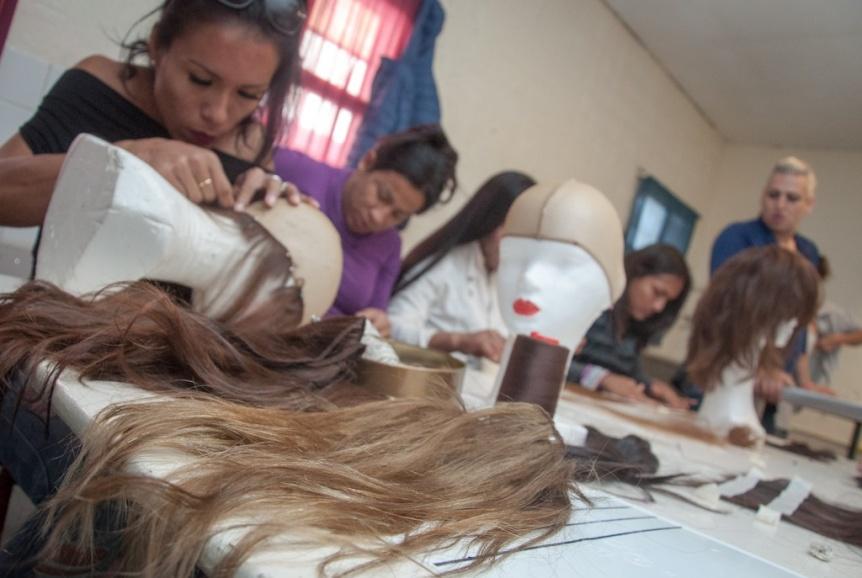 Internas trans de una cárcel de Varela confeccionaron pelucas para donar a pacientes oncológicos