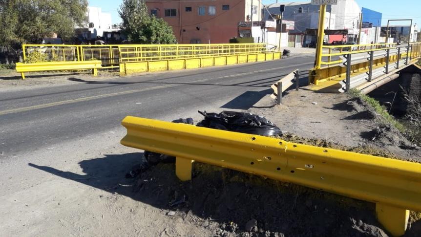 Robaron los guardarra�ls y se�alizaciones instalados en el puente de Camino Belgrano