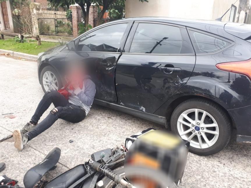 Delivery armado escapó de un control policial y chocó con un auto