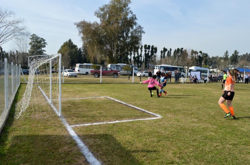 Jornada de fútbol femenino en el Camping de Comercio de El Pato