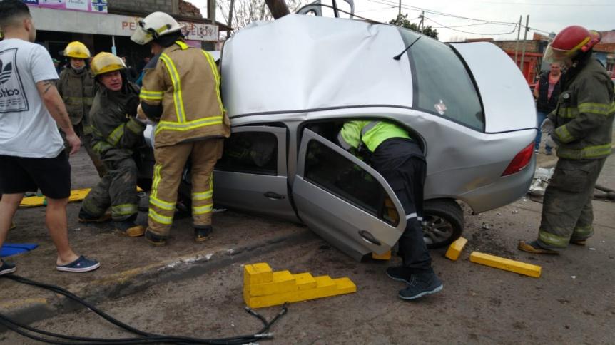 Conductor en grave estado tras incrustar su coche en un poste