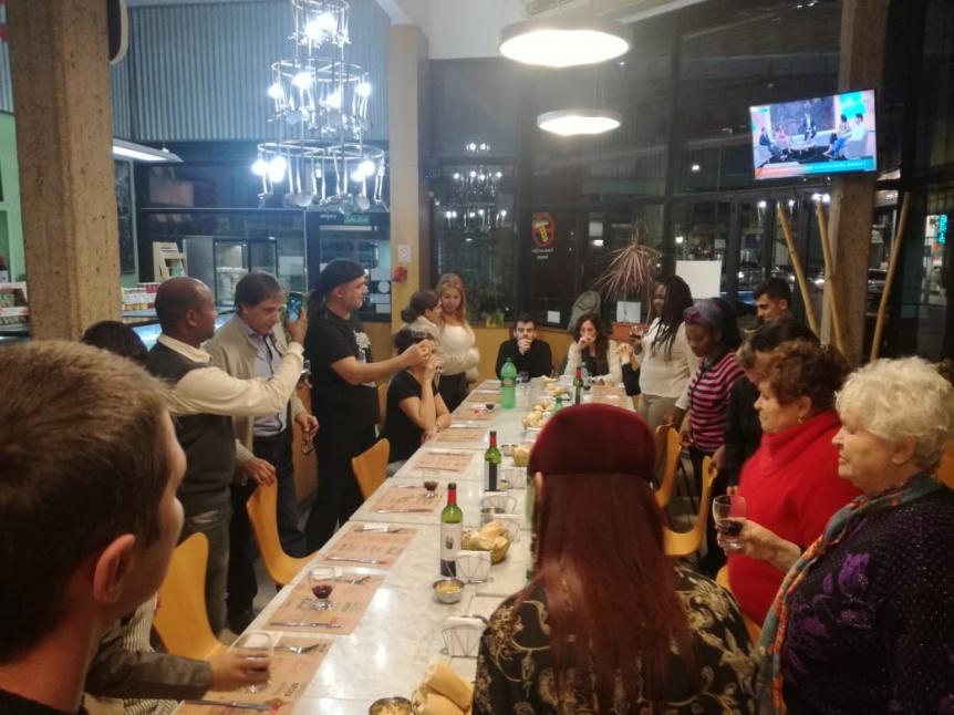 Capacitan a inmigrantes y refugiados pol�ticos en servicio de bebidas y alimentos